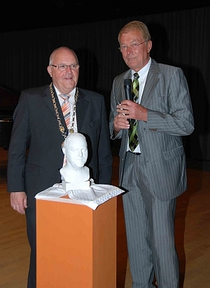 The bust from EGO3D is presented to the retiring mayor